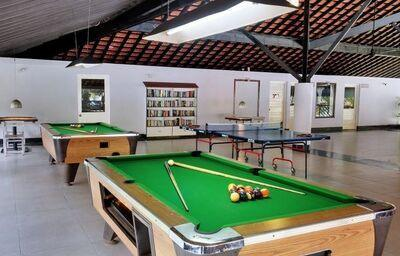 Biliard a pingpong v herni hotela Novotel Goa Resort Dona Sylvia