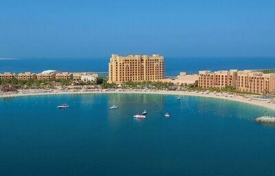 Pohľad z diaľky na hotel Doubletree by Hilton Resort & Spa Marjan Island