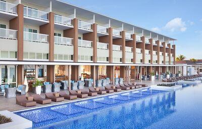 Oddych pri bazéne hotela Ocean Vista Azul by H10