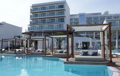 Pohľad od bazéna na hotel Sunrise Pearl Resort Spa