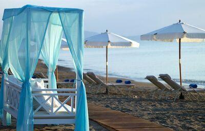 Pláž s príjemným posedením pred hotelom Atrium Prestige Thalasso Resort & Spa