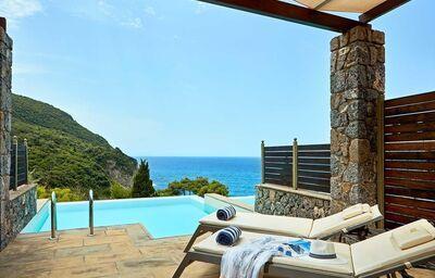 Ležadlá pri súkromnom bazéne v hoteli Sensimar Grand Mediteraneo Resort By Atlantica