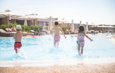 Deti utekajúce do bazénu