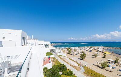 Bočný pohľad na hotel Knossos Beach Bungalow & Suites