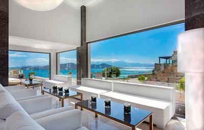 Pohodlné posedenie s výhľadom na more v hoteli Royal Marmin Bay Boutique & Art Hotel