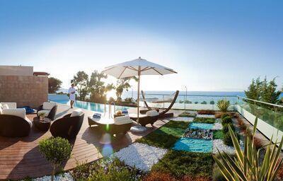 Posedenie pri bazéne v hoteli Amathus Elite Suites
