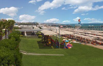 Pláž s ležadlami a slnečníkmi pri hoteli Calista Luxury Resort