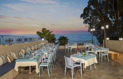 Reštaurácia s výhľadom na more v hoteli DoubleTree By Hilton Antalya