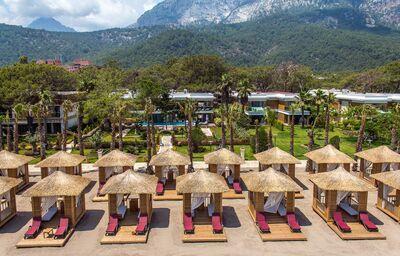 Ležadlá s menším domčekom na pláži pred hotelom Nirvana Lagoon Villas Suites & Spa