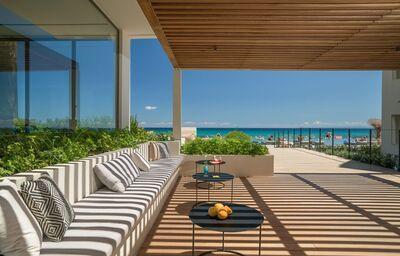 Posedenie na terase s výhľadom na more v hoteli TUI Sensimar Caravel Suites