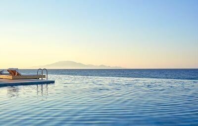 Ležadlá s výhľadom na more v hoteli Lesante Blu Exclusive Beach Resort
