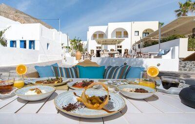 Môžete si vychutnať pochutiny na vonkajšej terase hotela Crystal Blue Suites