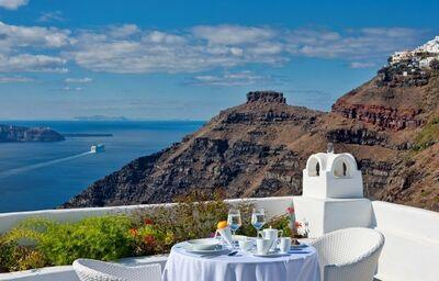 Stolovanie na terasa v hoteli Cliff Side Suites