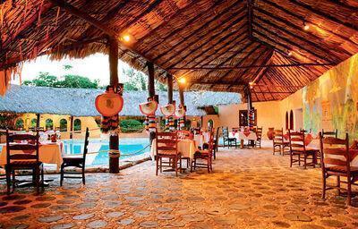 Posedenie pri bazéne hotela Akumal Bay Beach & Wellness Resort