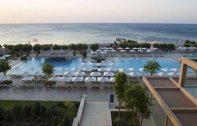 Pohľad z terasy hotela Amada Colossos resort na pláž a more