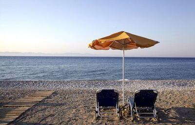 Lehátka na pláži pred hotom Sunshine Rhodes