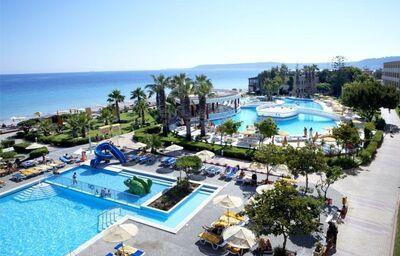 Pohľad z výšky na komplex bazénov hotela Sunshine Rhodes