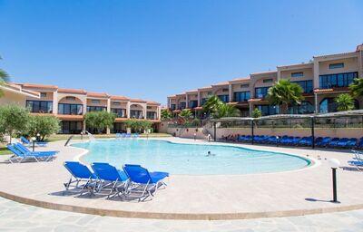 Pohľad od bazéna na hotel Village Mare