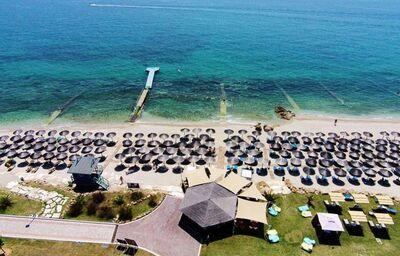 Pláž pred hotelom Alexandra Beach Thassos Spa Resort