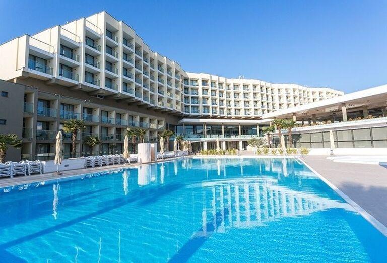 Pohľad od bazéna na hotel Laguna Materada