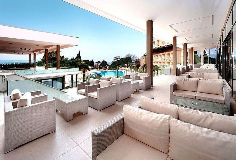Posedenie s výhľadom na bazén v hoteli Laguna Materada
