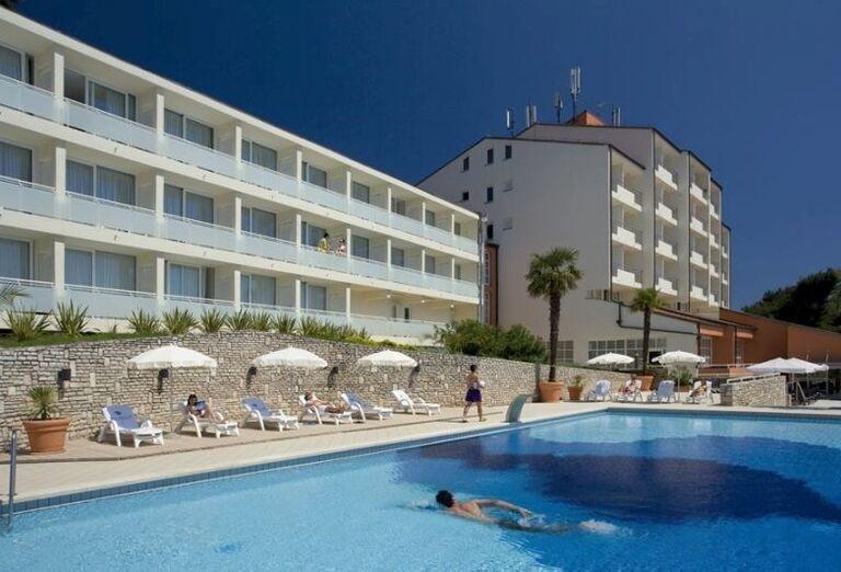 Pohľad od bazéna na hotel Allegro