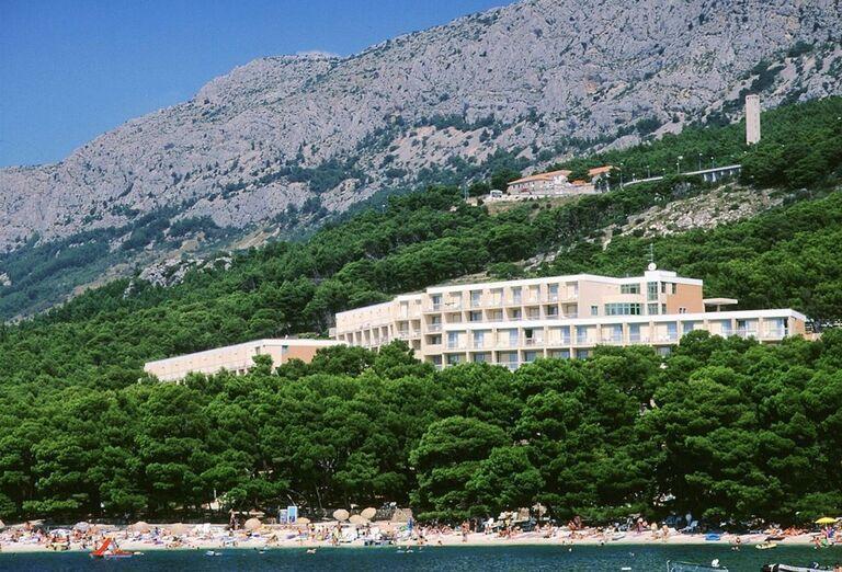 Pohľad od hora na hotel Bluesun Marina