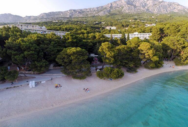 Pohľad z výšky na pláž hotela Bluesun Marina
