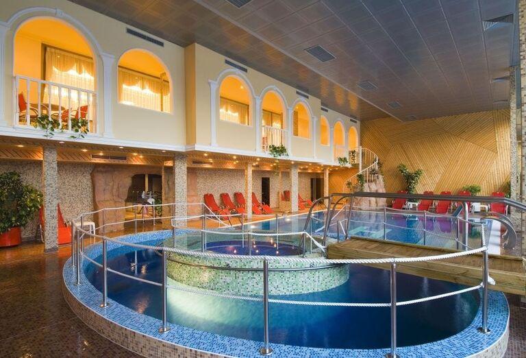 Vnútorný bazénový komplex v hoteli Horizont