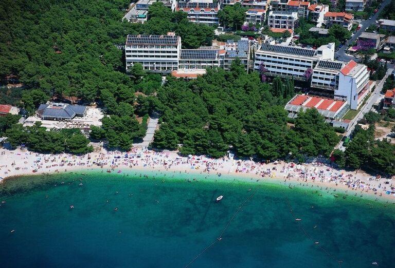 Pláž pred hotelom Biokovka