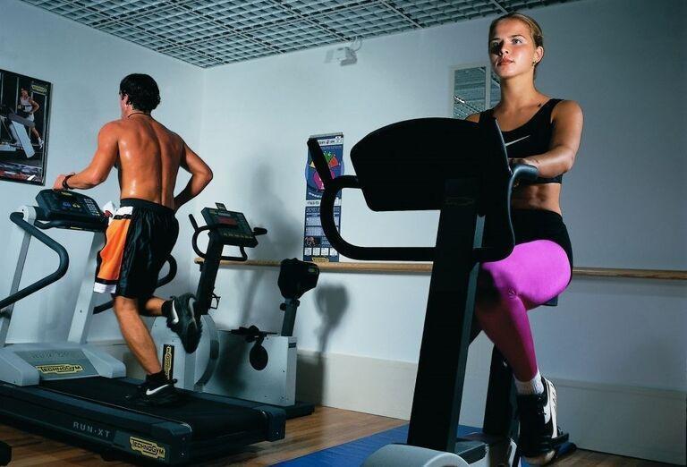 Žena a muž vo fitnes