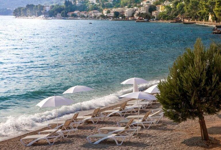Pláž so slnečníkmi a ležadlami pred hotelom Sensimar Adriatic Beach Resort