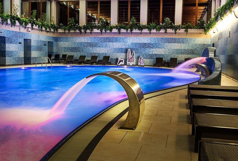 Ležadlá pri vnútornom bazéne hotela Wellness Hotel Diplomat