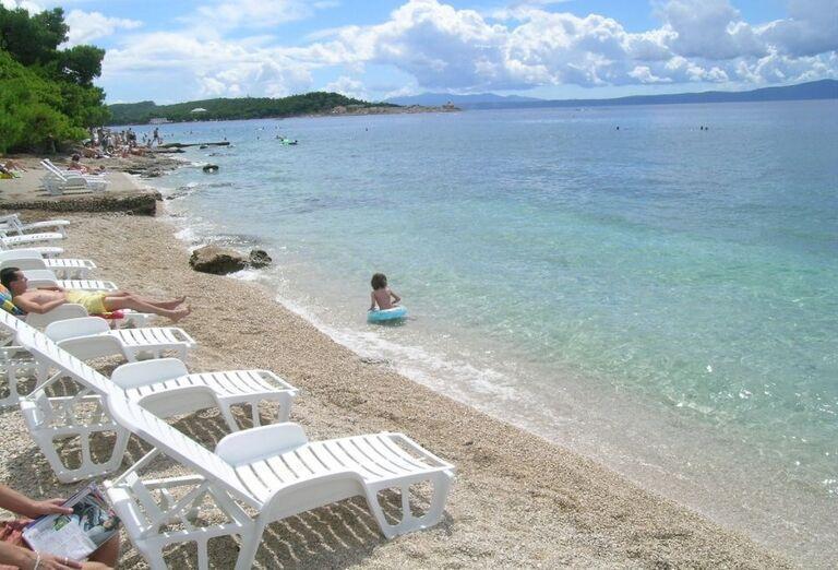 Ležadlá na pláži pri pavilónoch Rivijera Sunny Resort by Valamar