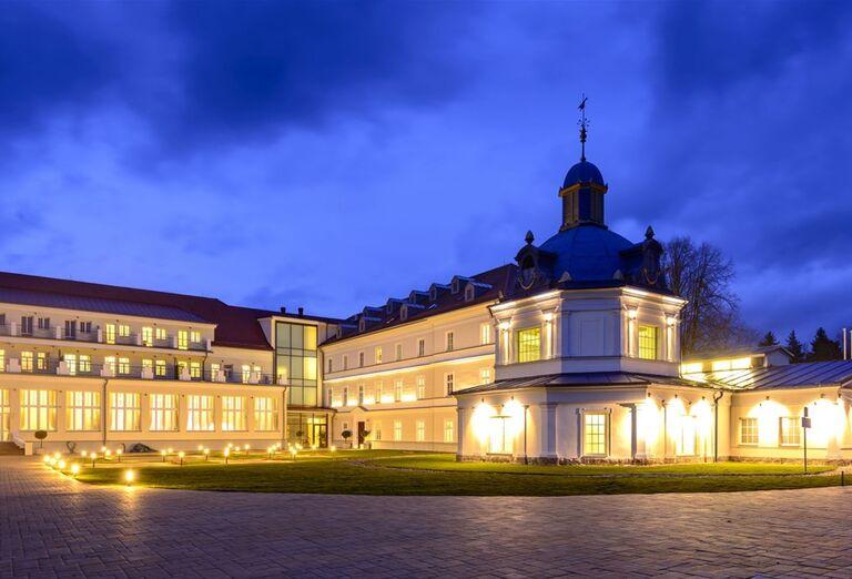 Večerný pohľad na hotel Royal Palace