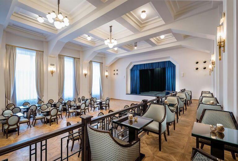 Posedenie pri hraní divadla v hoteli Royal Palace