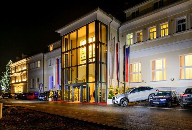 Večerný pohľad na vstup do hotela Royal Palace