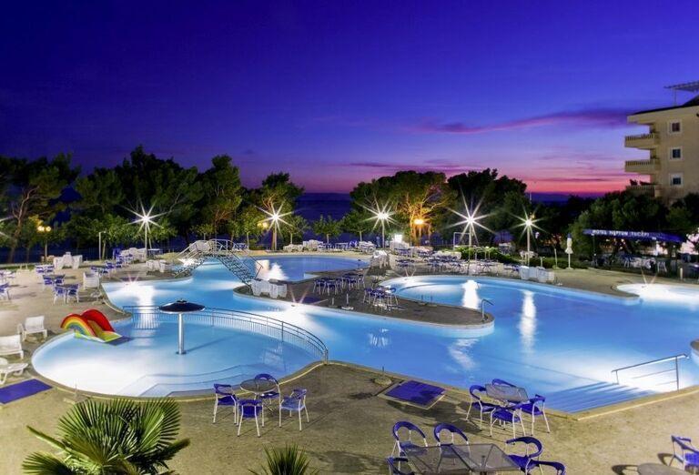 Večerný bazén hotela Bluesun Neptun