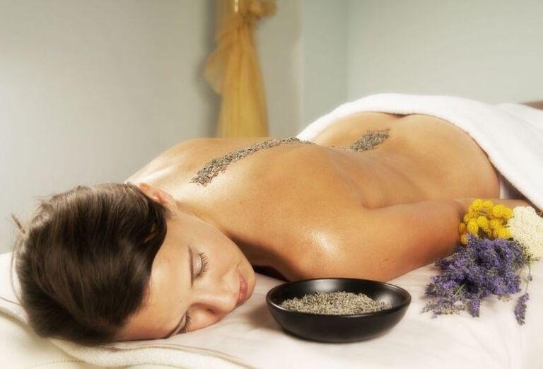 Žena oddychujúca po masáži