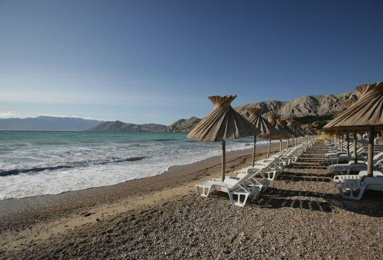 Krásna pláž pred hotelom Corinthia