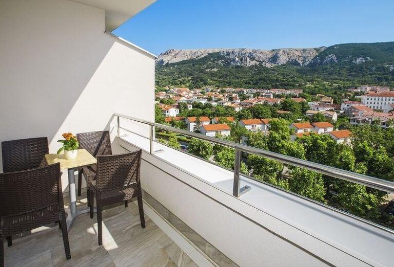Výhľad z terasy hotela Corinthia na okolité stavby