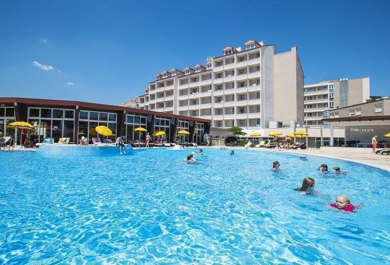 Pohľad od bazéna na hotel Corinthia