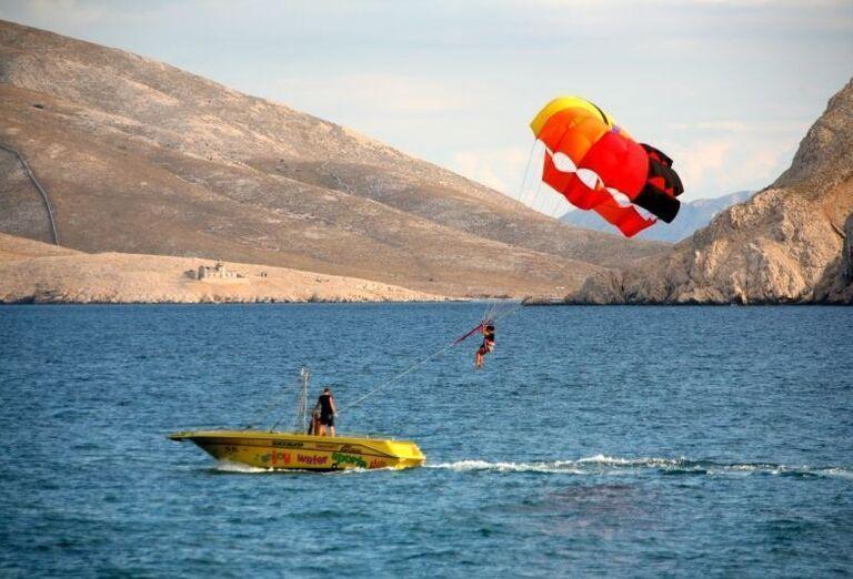Vodné športy pred hotelom Corinthia
