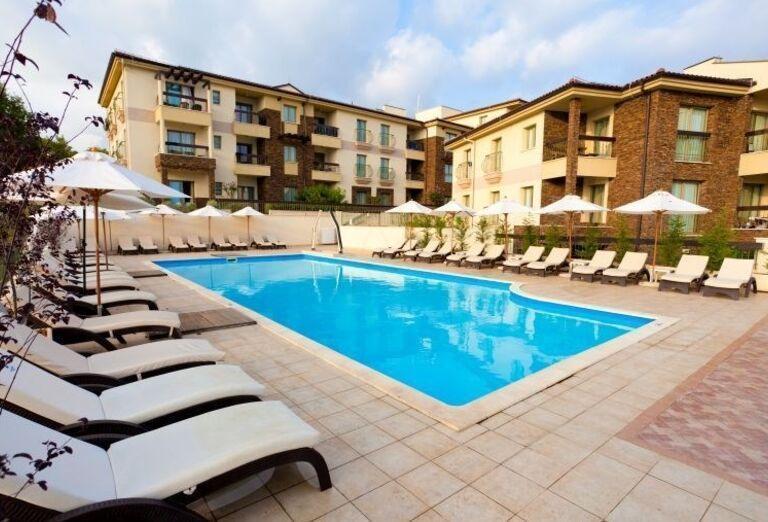 Bazén pred hotelom Blue Waves Resort