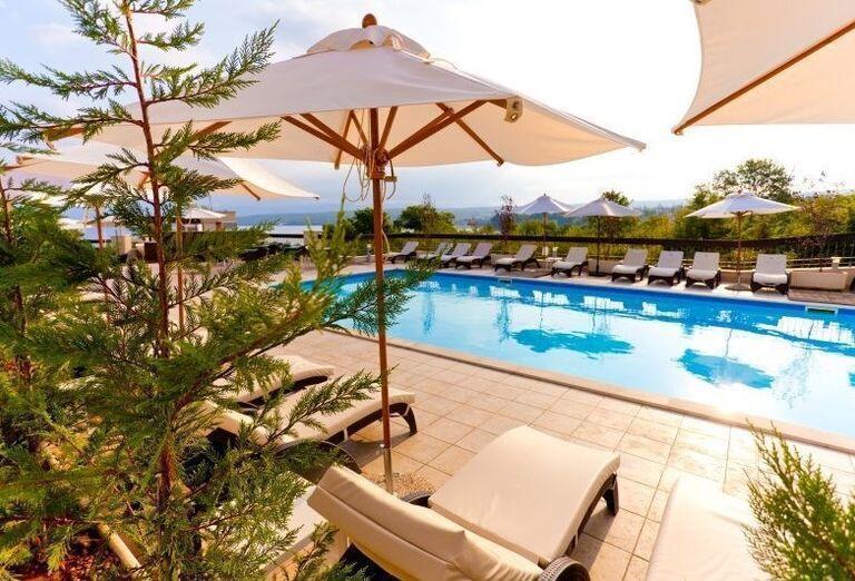 Pohľad na bazén pred hotelom Blue Waves Resort