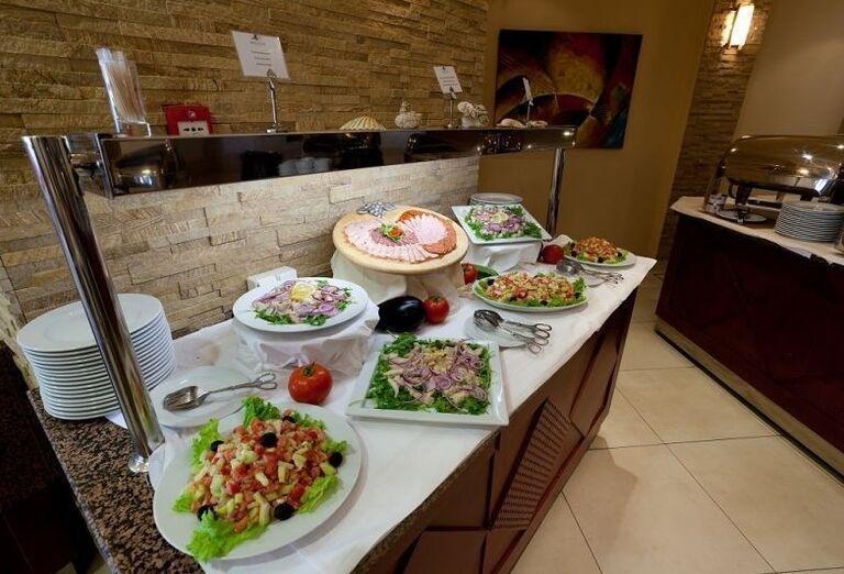 Raňajkové švédske stoly v hoteli Blue Waves Resort