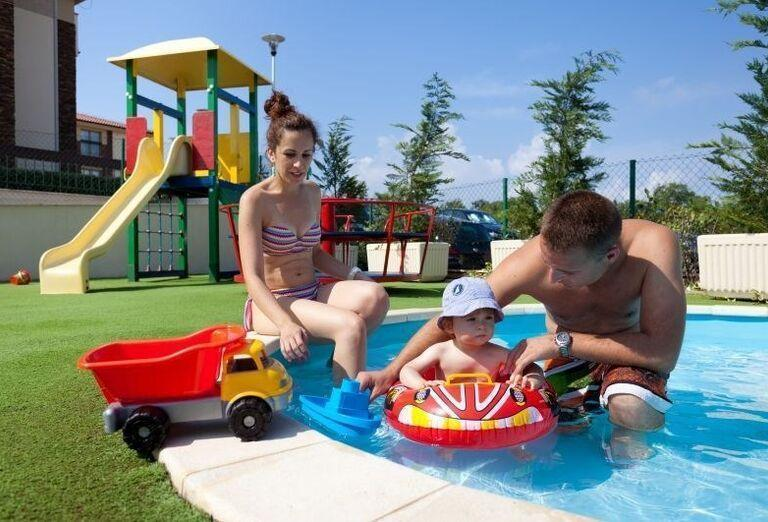 Rodinka v detskom bazéne