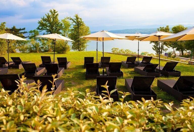 Ležadlá na trávniku v hoteli Blue Waves Resort