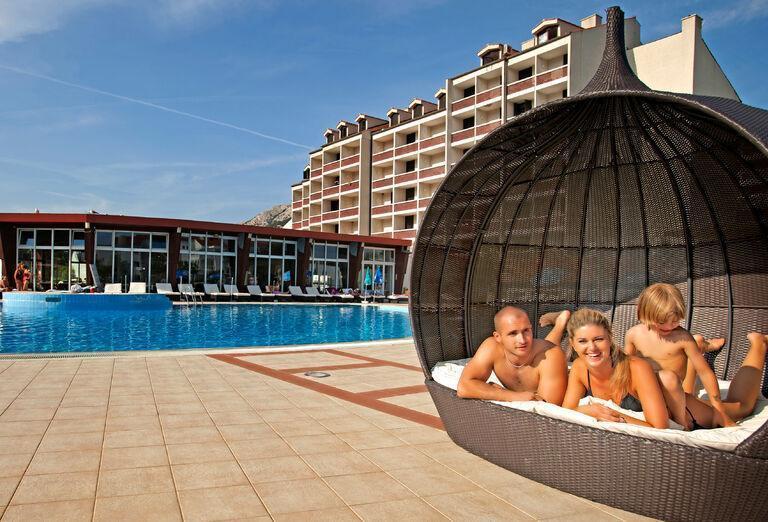 Rodina pri bazéne v Corinthia Baška
