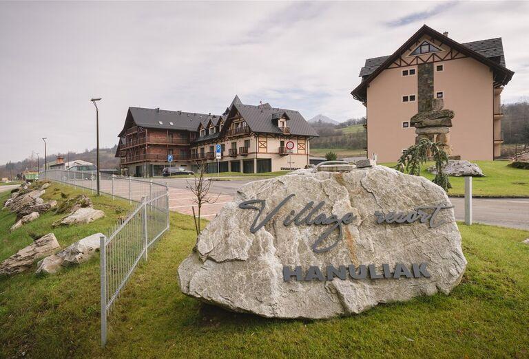 Vstup do areálu hotela Village resort Hanuliak